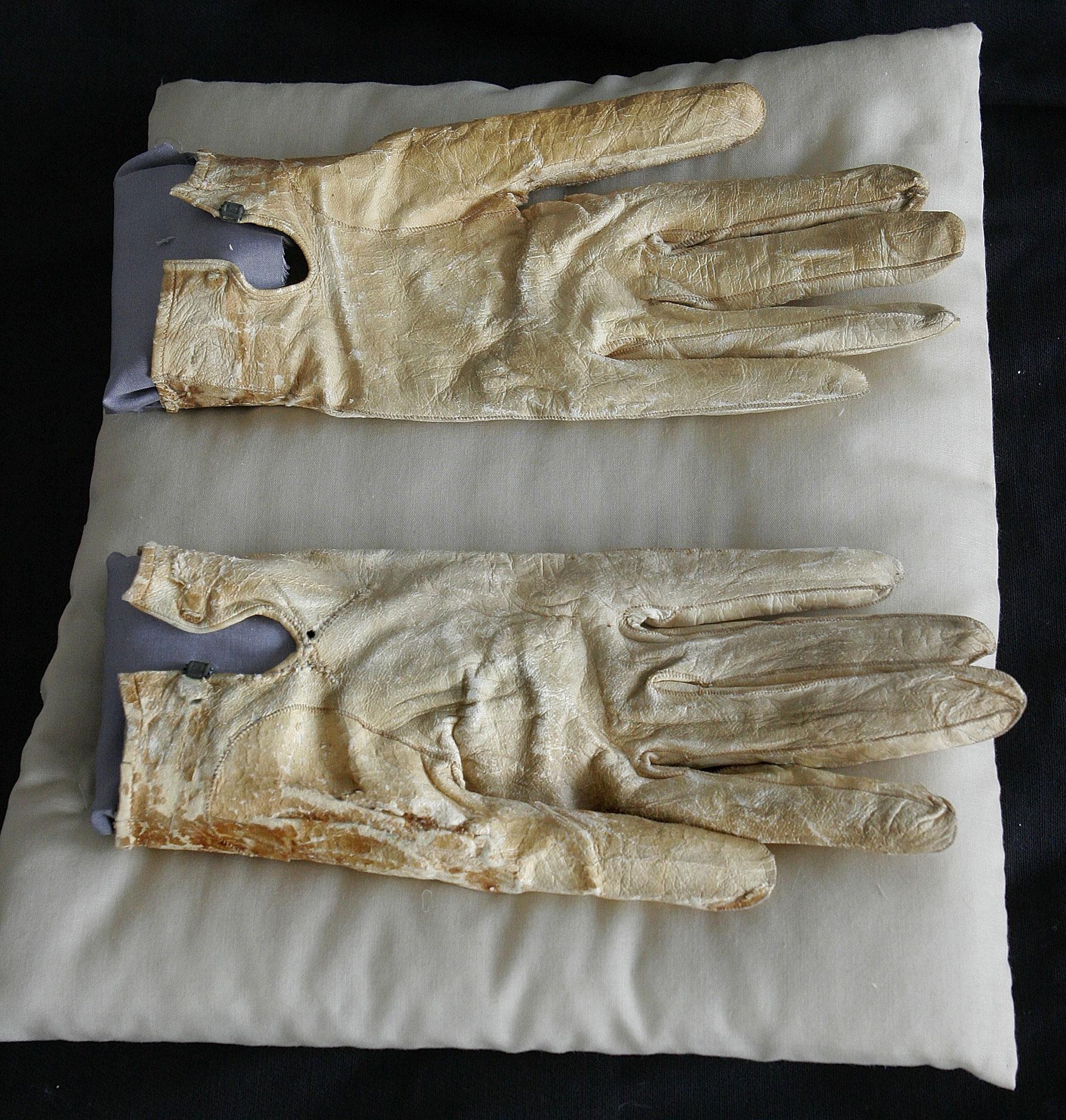 Lincoln's gloves