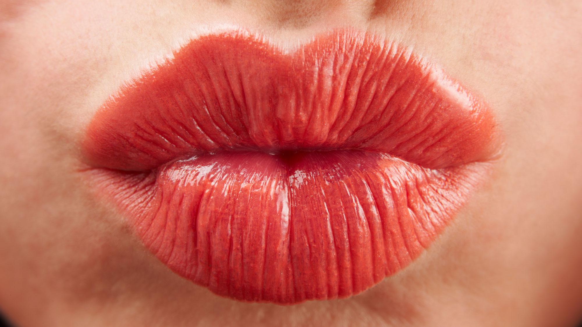 Видео большие женских губ, голый стриптиз проводницы видео