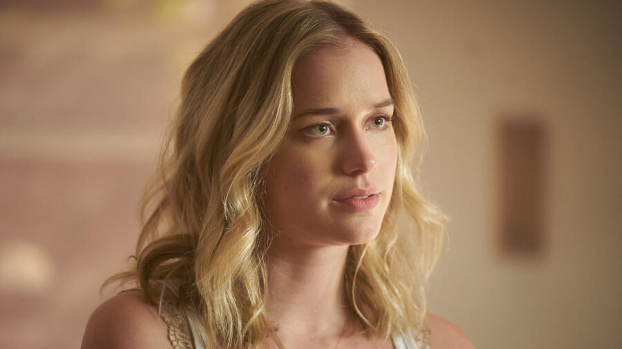 Elizabeth Lail as Beck in YOU Season 1